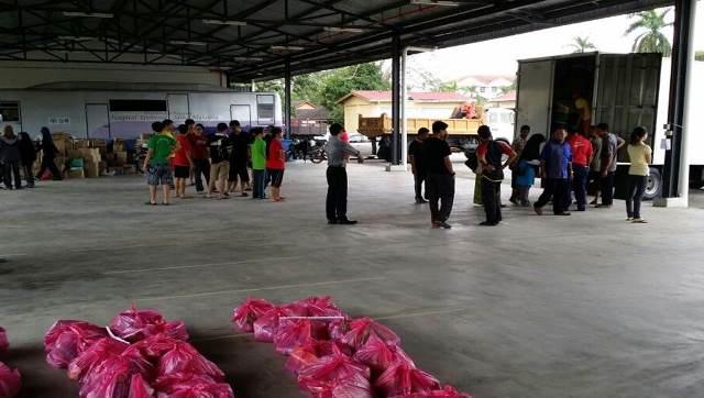 Bantuan pelajar-pelajar untuk mengangkat makanan serta membungkus makanan untuk diedar