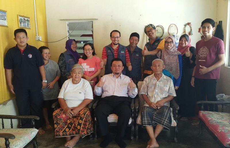 Presiden MACMA Malaysia bersama keluarga Nor Asikin Ong di Kg Mesek, Manik Urai Lama pada 10 November 2015
